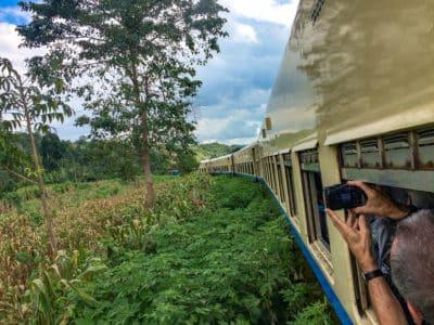 Pociąg raczej się wlecze niż pędzi, ale dzięki temu jest czas, by w spokoju zrobić zdjęcia