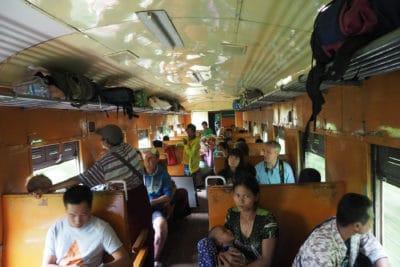 Wagon drugiej klasy w pociągu w Birmie