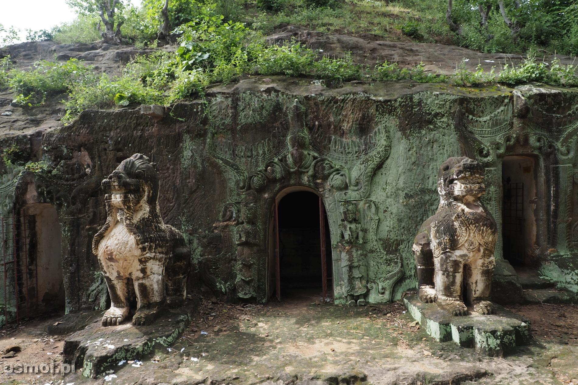 Rzeźby przed grotami w Pho Win Daung
