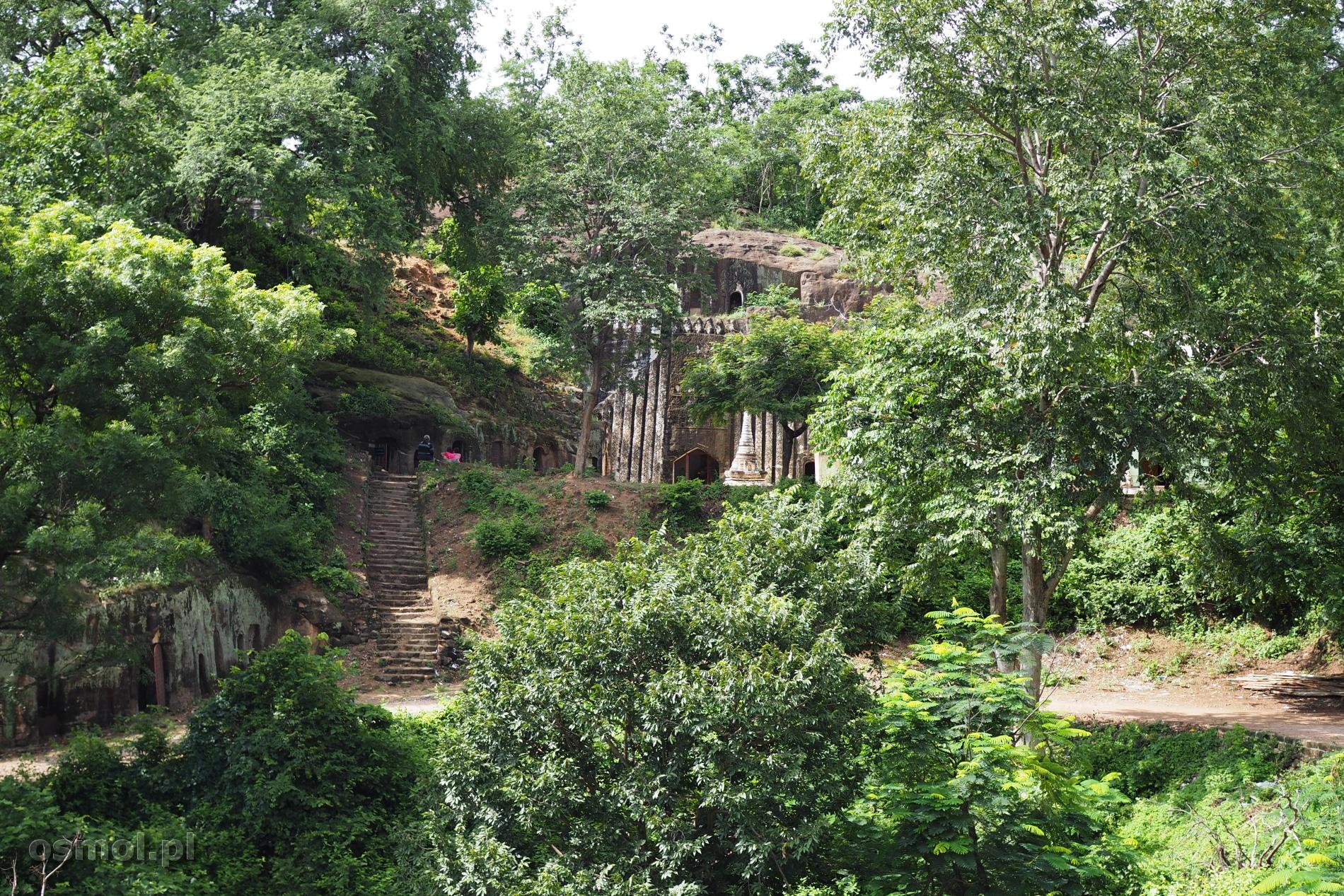 Z daleka prawie nie widać, że pomiędzy drzewami skryte są prawdziwe skarby. Wejścia do jaskiń i grot, do miejsc, gdzie sklepienia skrywają freski i stare rzeźby