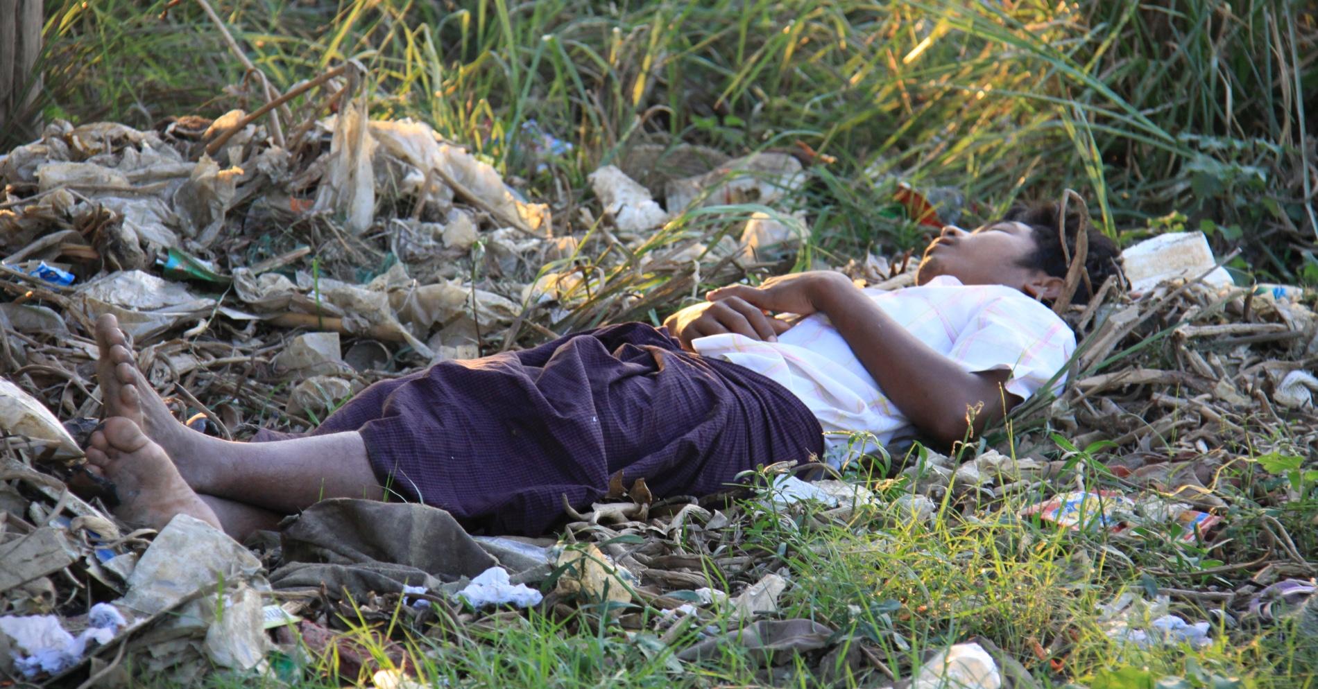 Birma spiacy chlopiec