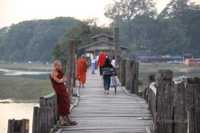 Mnich na moście tekowym Birma