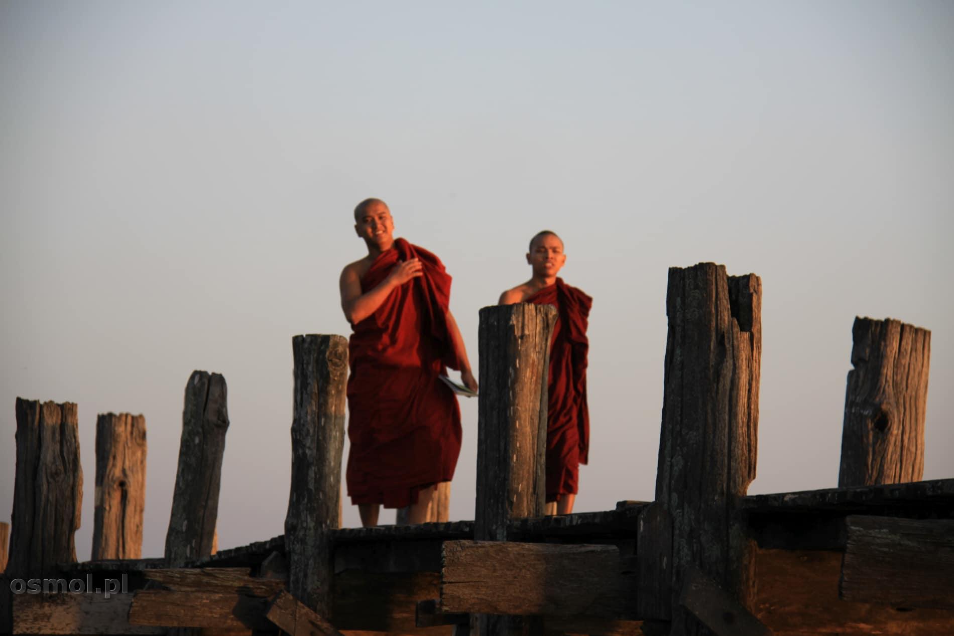 Mnisi na moscie U Bein Birma