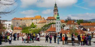 Panorama Czeskiego Krumlova z głównego punktu widokowego, gdzie codziennie tysiące turystów ustawiają się wręcz w kolejce, by zrobić zdjęcie zamku w Krumlovie