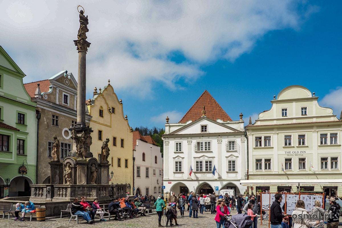 Rynek w Czeskim Krumlovie a na nim Słup Morowy, będący wotum dziękczynnym za ocalenie miasta od zarazy.