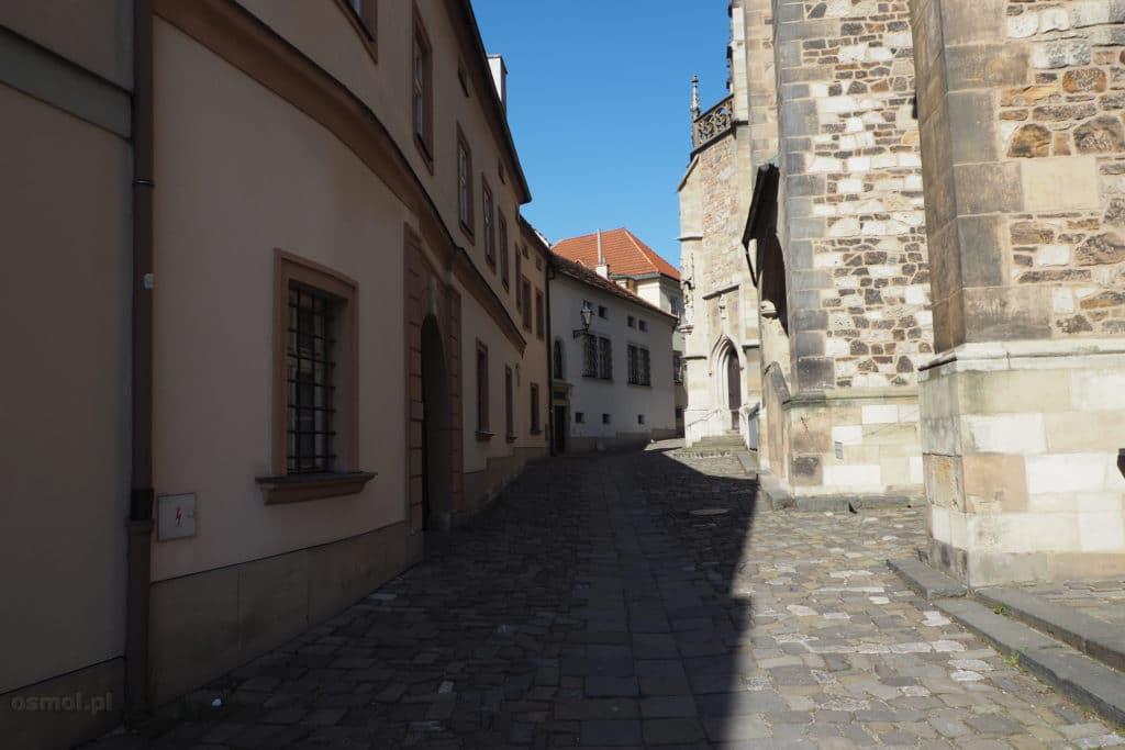 Uliczka z boku kościoła św. Piotra i Pawła