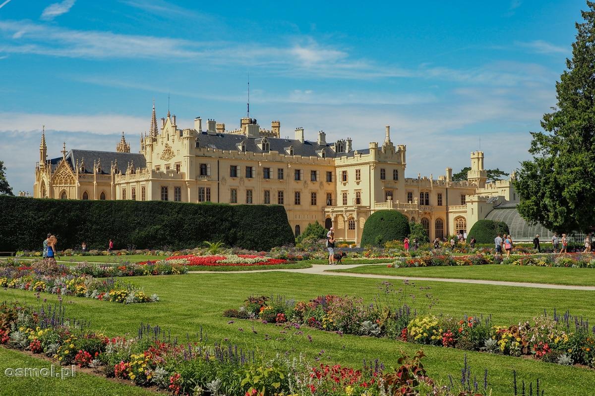 Widok na pałac w Lednicach od strony parku. Parku, w którym zawsze coś kwitnie