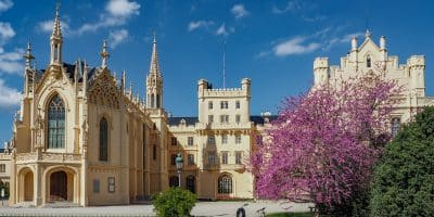 Pałac w Lednicach nawiązuje do neogotyku i jest jedną z większych atrakcji Czech.