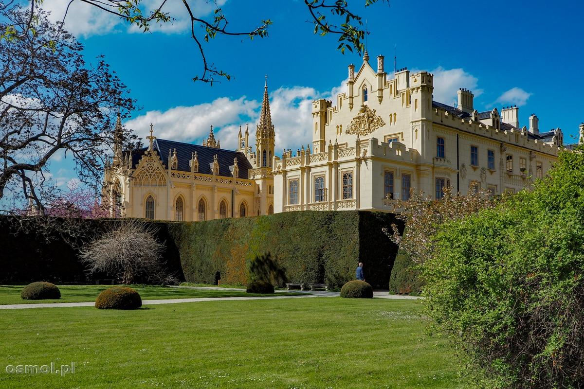 Pałac w Lednicach widziany od strony parku