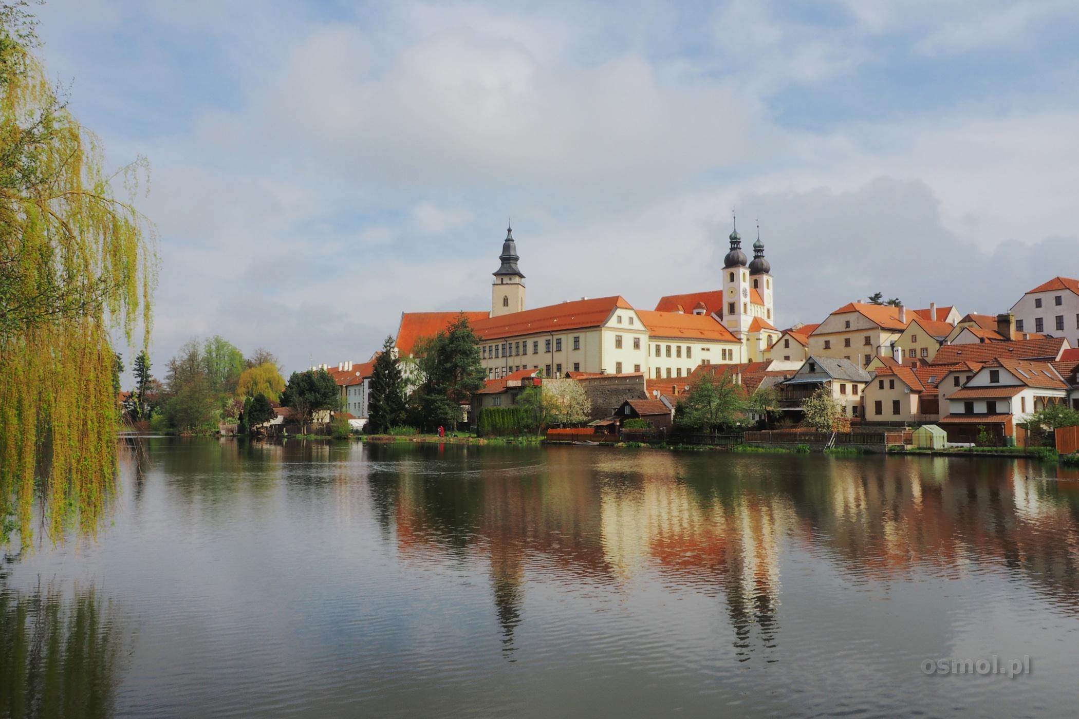 Telcz - widok na zamek znad jeziora w mieście
