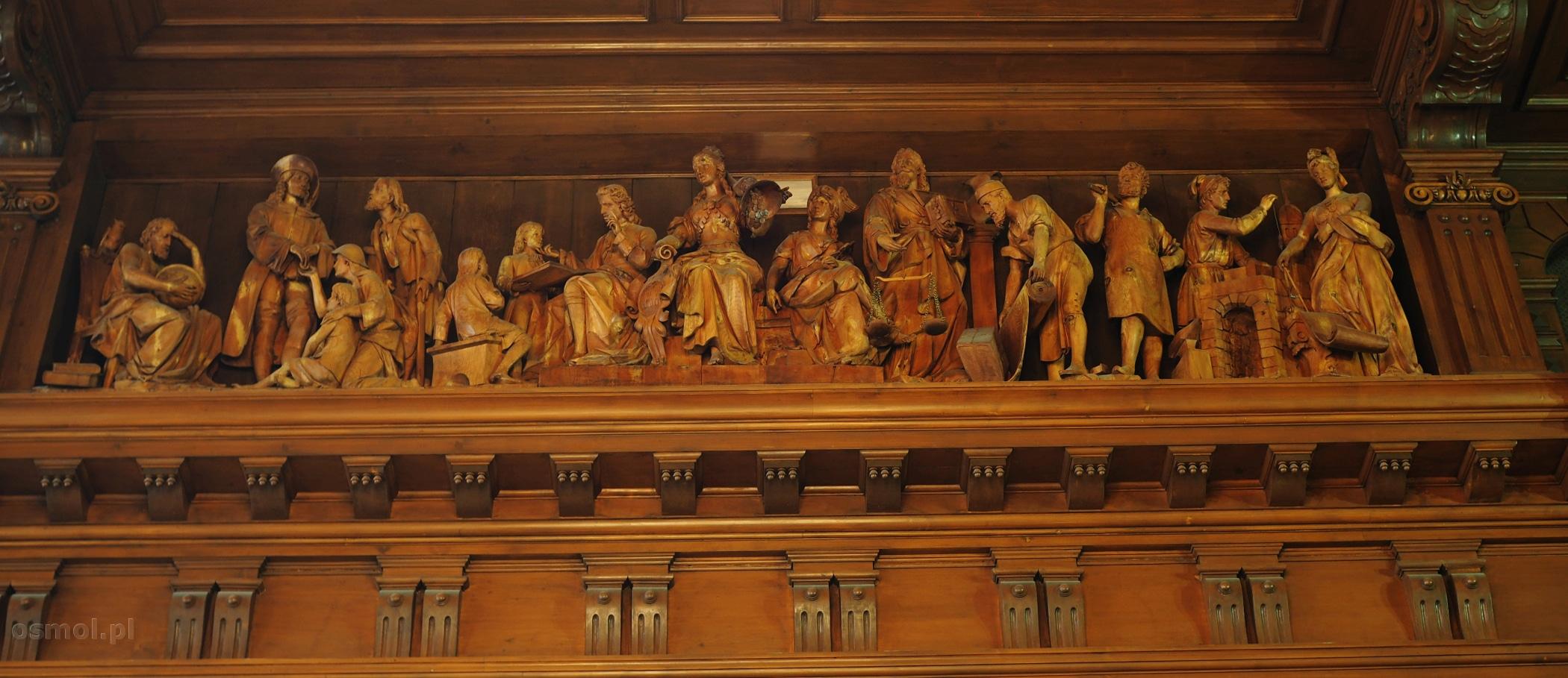 Rzeźby w głównej sali ratusza