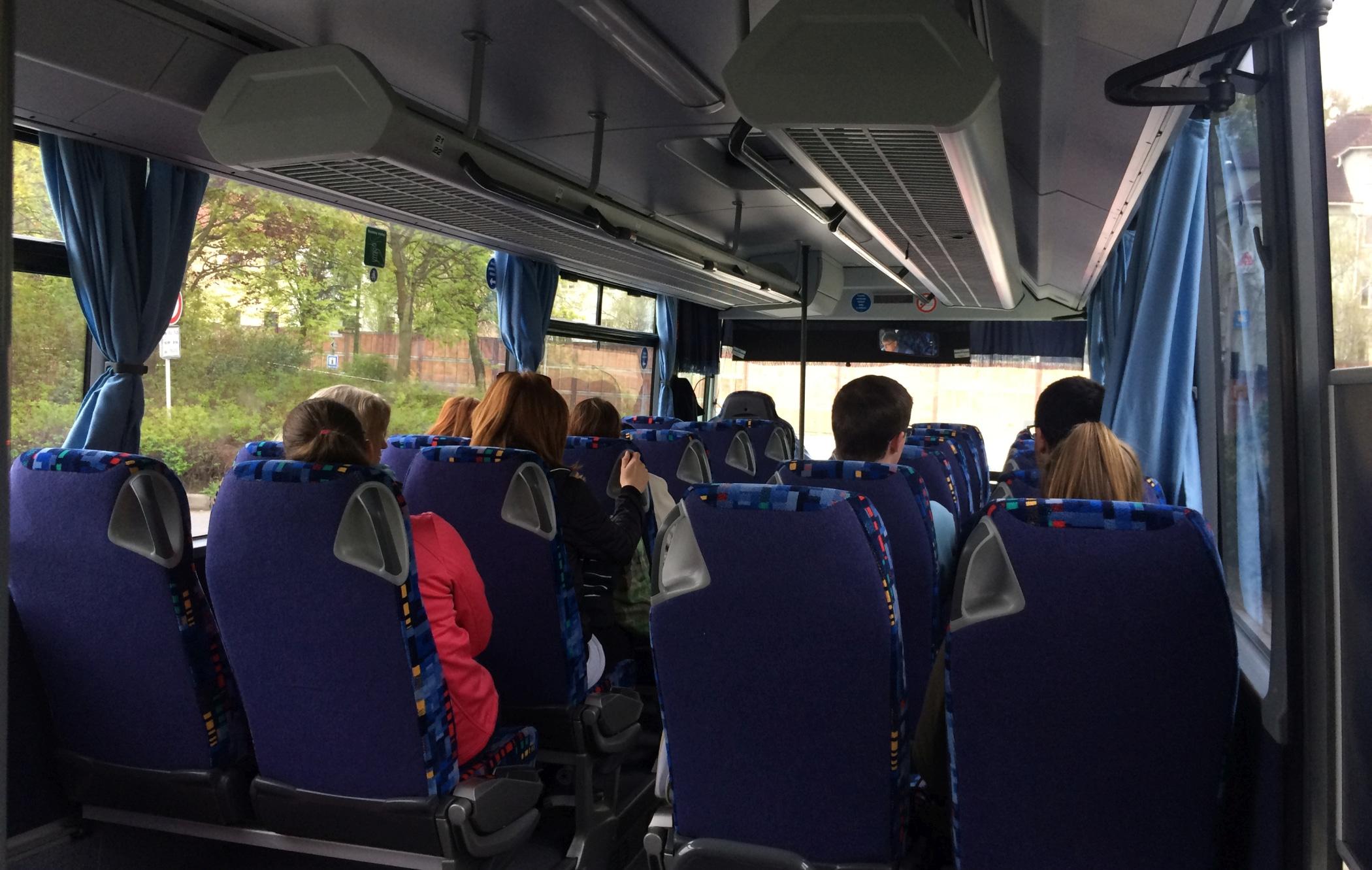 Wnętrze lokalnego autobusu w Czechach