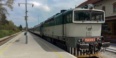 Pociąg na peronie stacji Czeski Krumlow