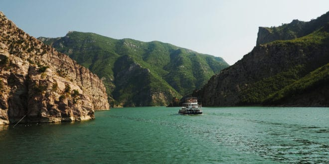 Prom na jeziorze Koman w Albanii