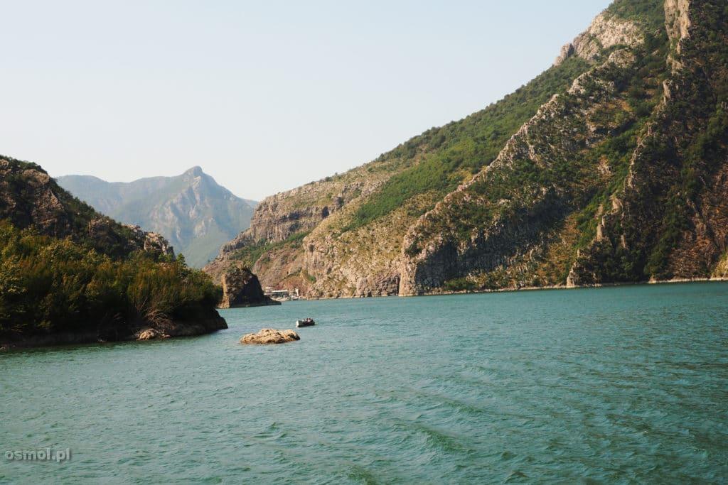 A woda jeziora Koman wciąż zmienia kolor