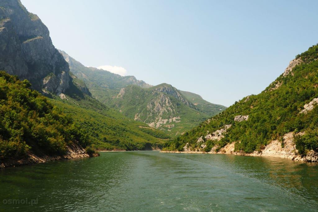 Widok z promu podczas rejsu po jeziorze Koman