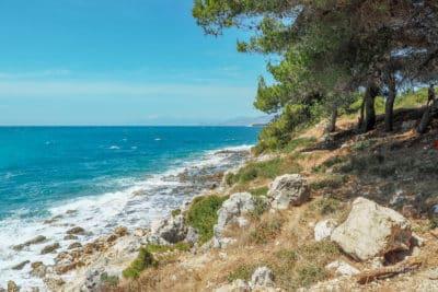 Wybrzeże Ksamilu dalej od plaży