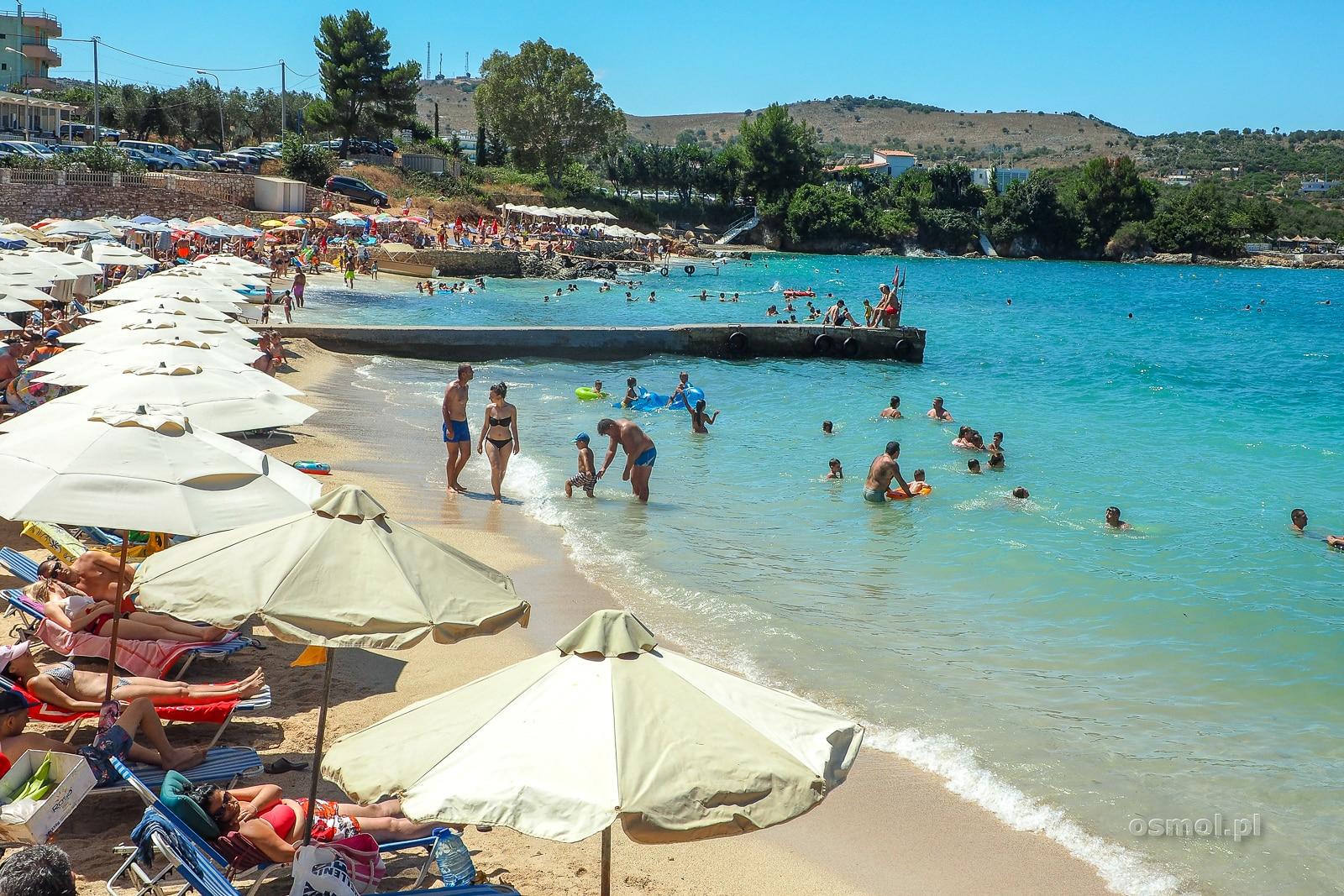 Parasole w Albanii na plaży