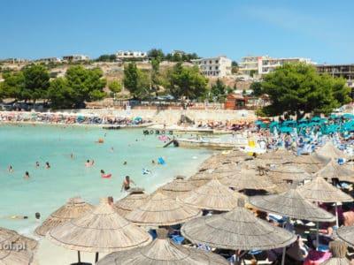 Jedna z plaż w Ksamilu. To jedna z najbardziej popularnych miejscowości na Riwierze Albańskiej