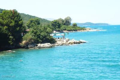 Piękna turkusowo-niebieska woda aż zachęca, by wykąpać się w Morzu Jońskim