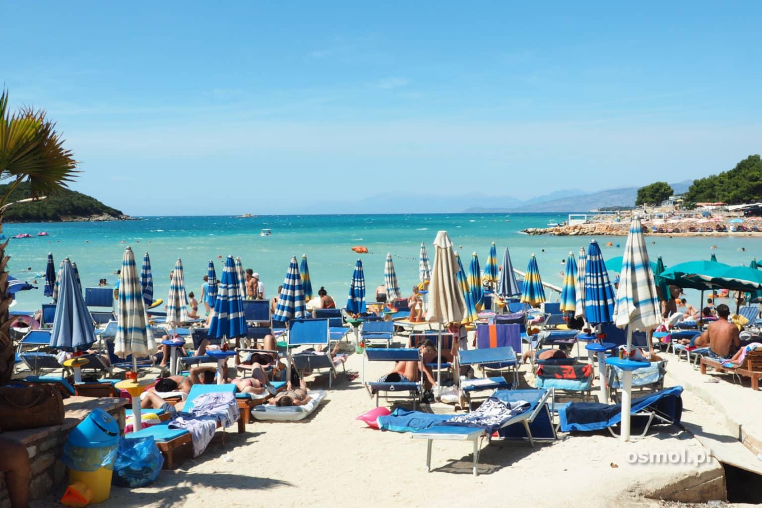 Plaża z parasolami w Ksamilu Albania