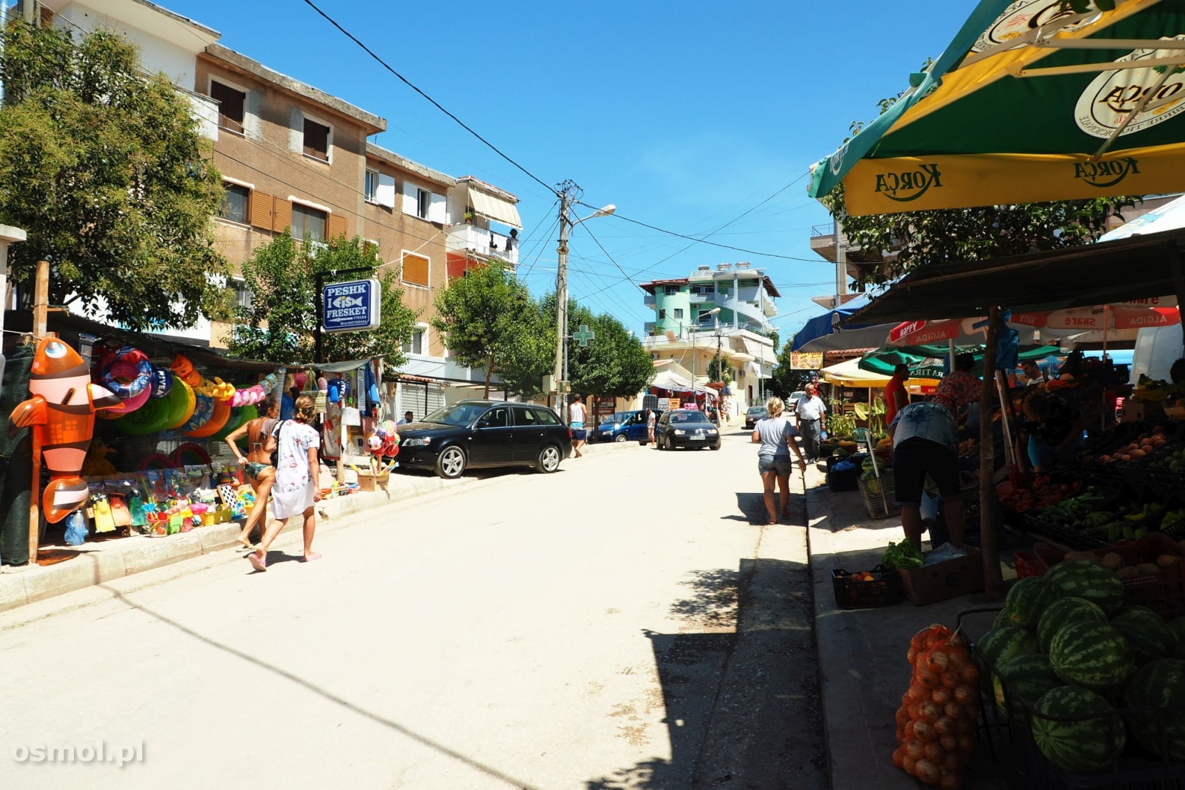Jedna z ulic w Ksamilu. Znajdziemy tu wszystko, co turyście do szczęścia potrzeba. Od straganów z owocami, barów, restauracji, po stragany z rzeczami do plażowania.