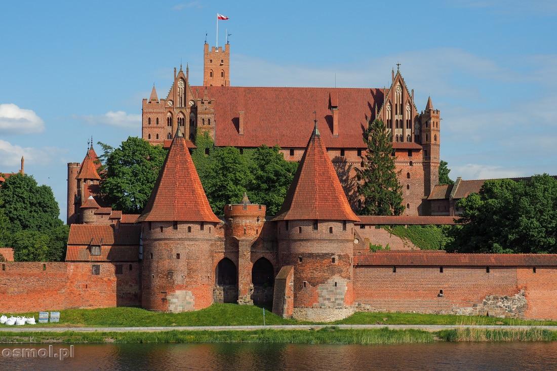 Potężne mury obronne strzegą zamku w Malborku nawet od strony rzeki