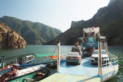 Prom w przystani na jeziorze Koman