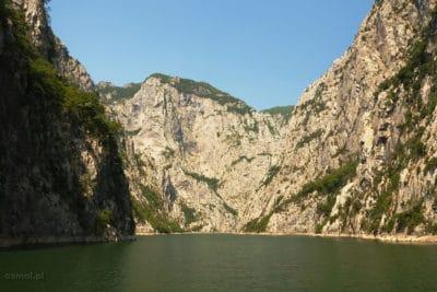 Sciany gór nad jeziorem Koman