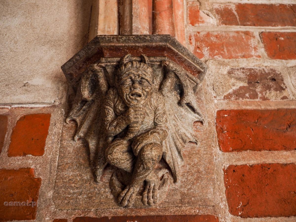 Płaskorzeźba diabła na korytarzu prowadzącym do wychodka w zamku w Malborku