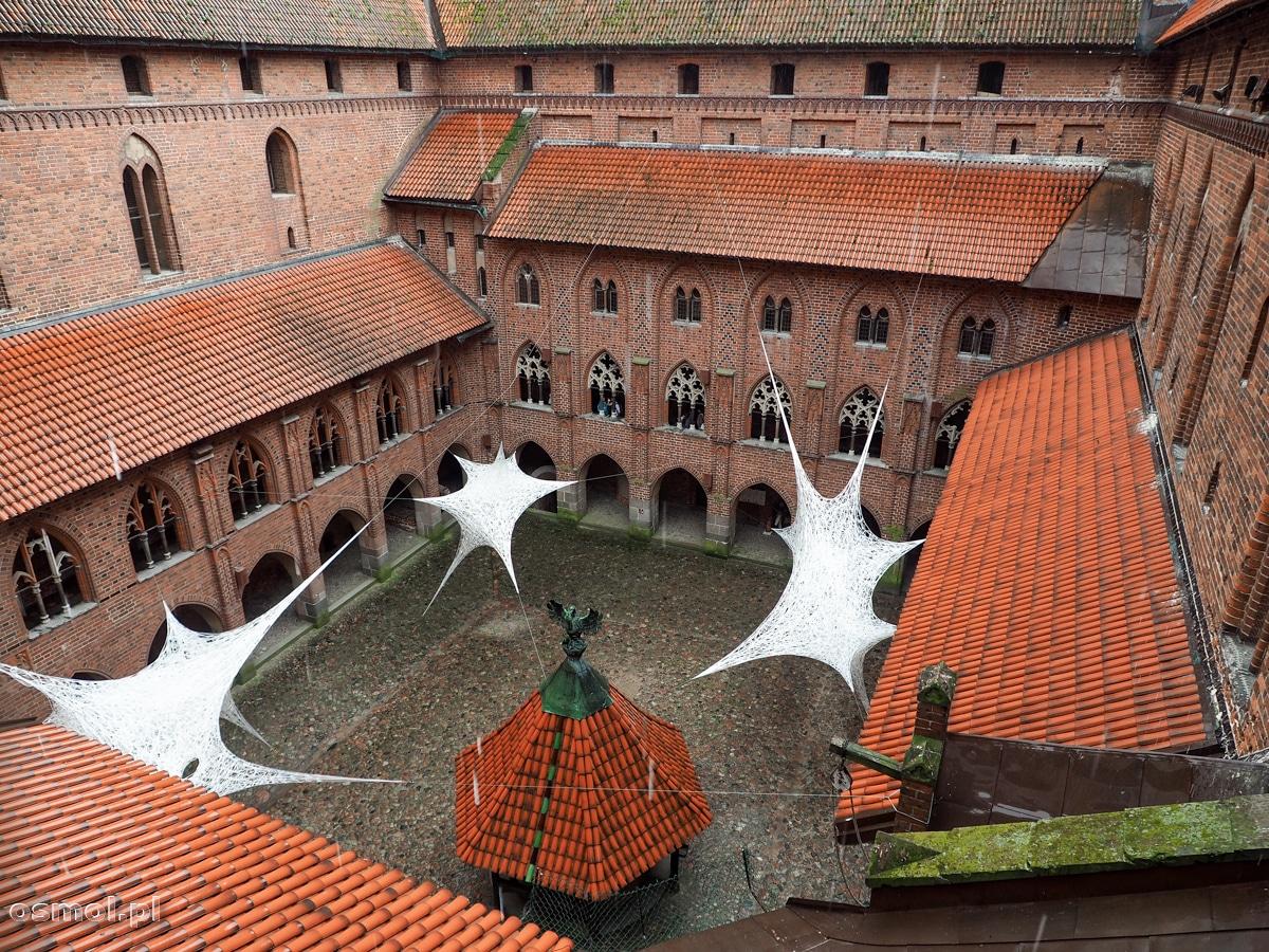 Widok na dziedziniec i studnię Wysokiego Zamku w Malborku