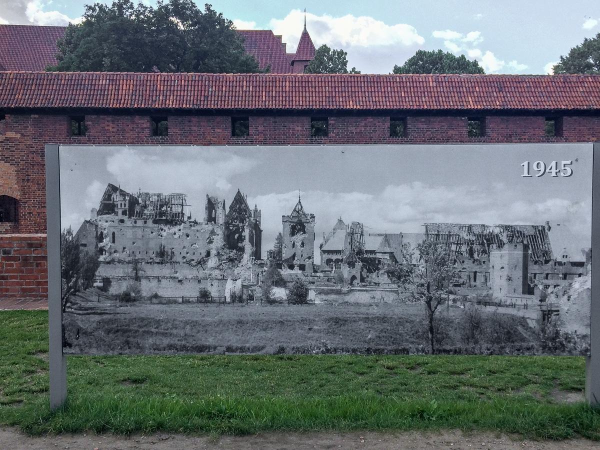 Zdjęcie zniszczeń zamku w Malborku po drugiej wojnie światowej - wystawa na zamku