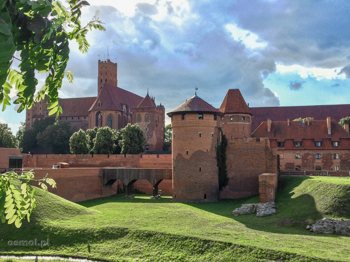 Widok na mury zamku w Malborku - widać na nich zniszczenia drugiej wojny światowej. Jasna cegła, to ta nowa. Ciemna pamięta jeszcze dawne wojny i rycerzy zakutych w zbroję.