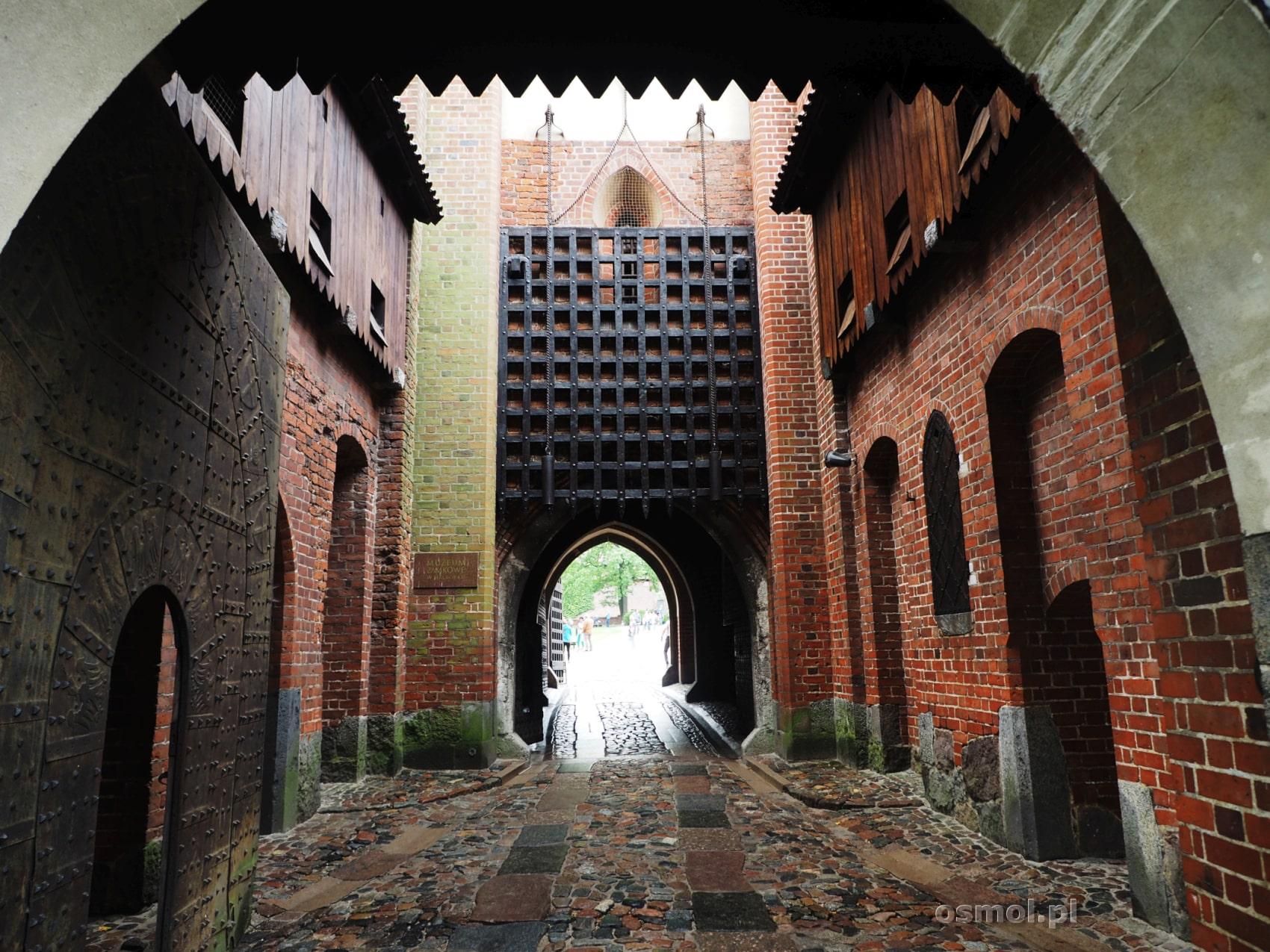 Umocnienia obronne bramy, która wiedzie do Zamku Średniego w Malborku. Jak widać sforsowanie zabezpieczeń, zajęłoby atakującym wiele czasu i ponieśliby ogromne straty.