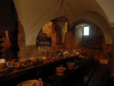 Na stole w zamkowej kuchni poukładano przykładowe produkty, którymi żywili się mieszkańcy Malborka