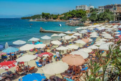 W Albanii na plaży królują parasole. Rzecz jasna płatne, ale nie są to zawrotne kwoty.
