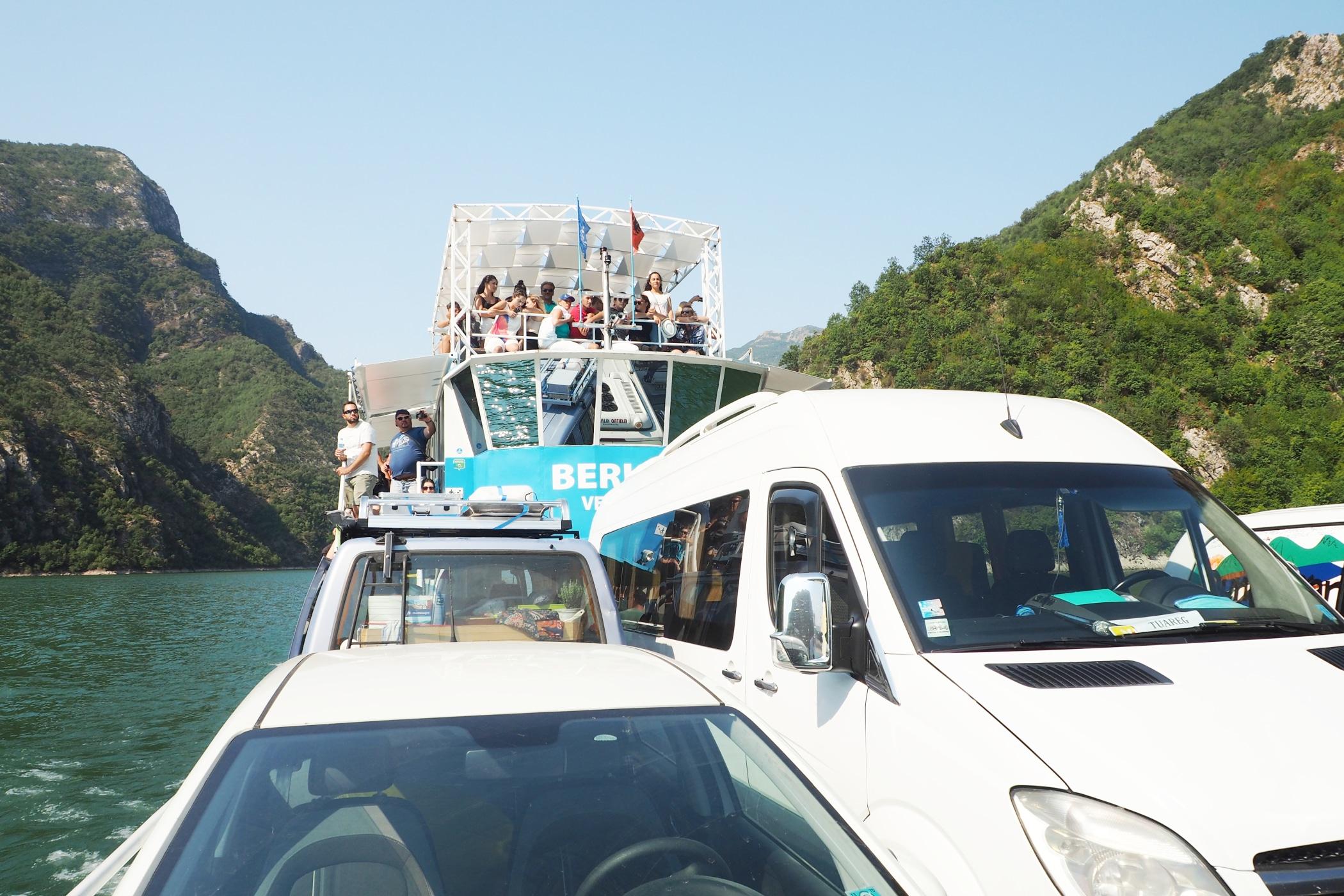Turyści na promie po jeziorze Koman