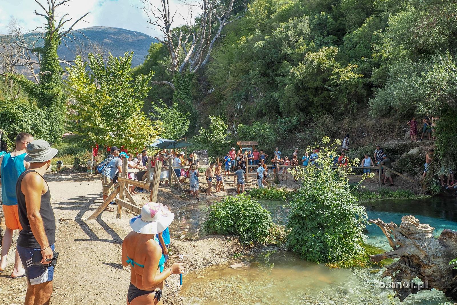 Turyści nad Syri i Kalter czyli Niebieskim Okiem w Albanii