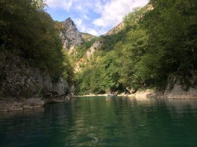 Widok podczas raftingu po Tarze w Czarnogórze