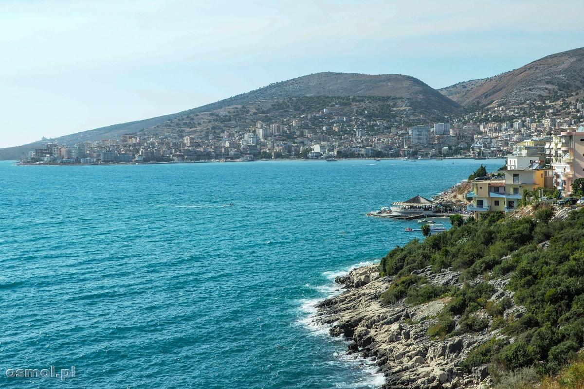 W niewielu miejscach wybrzeża Sarandy możemy zobaczyć skałę i naturę bez zabudowy