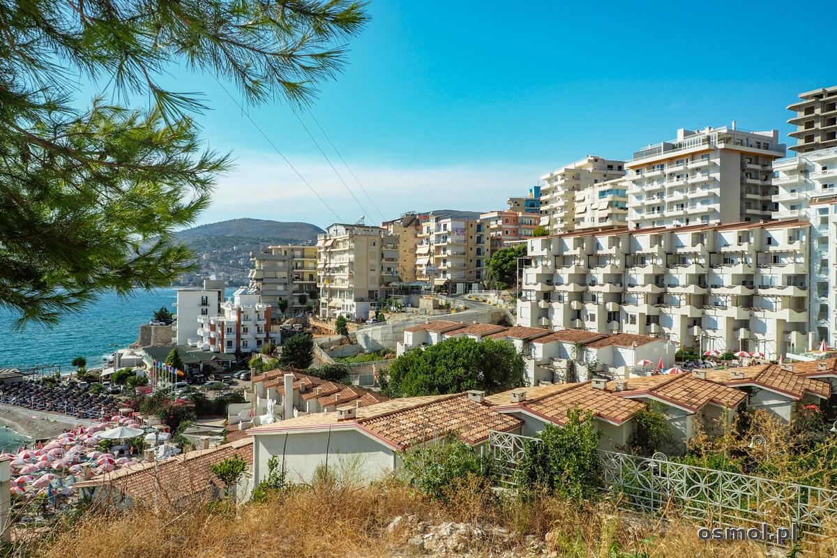 Saranda to głównie betonowe bloki, hotele i mnóstwo parasoli rozłożonych na plażach