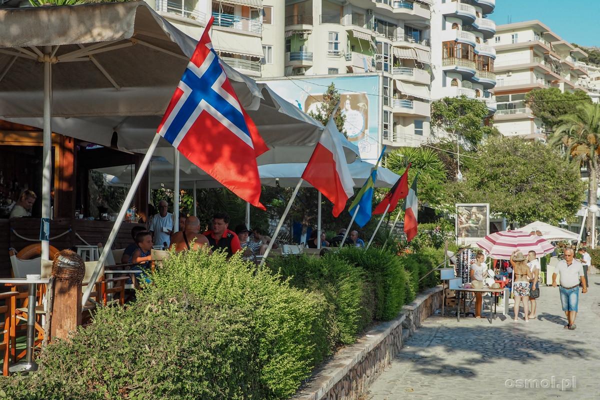 O tym, jak wielu Polaków odwiedza Albanię niech świadczą polskie flagi wywieszane przed hotelami i restauracjami.