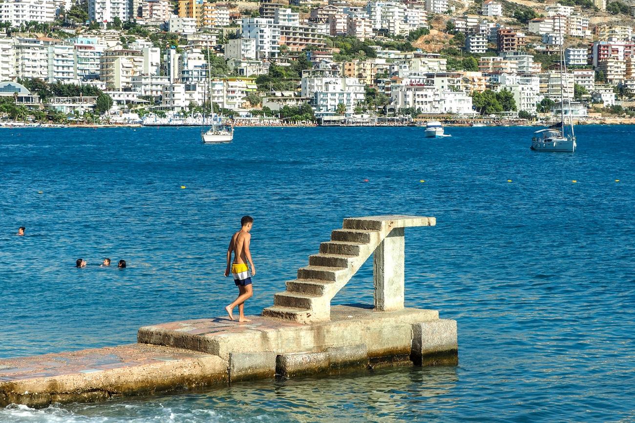 Betonowy pomost do skoków do wody to zapewne pozostałość po dawnych, komunistycznych latach Albanii. Zresztą nawet wygląda tak, jakby doskonale pamiętał minione czasy...