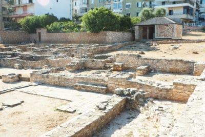 Ruiny - fundamenty starej bazyliki w Sarandzie