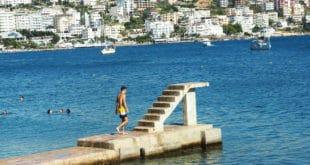 Betonowy pomost na plaży w Sarandzie - Albania