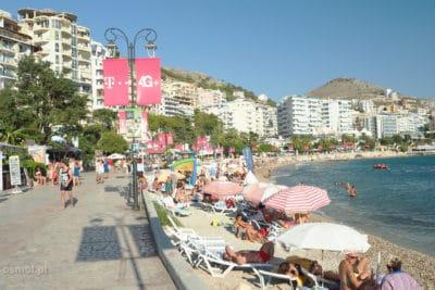 Deptak i plaża w Albanii - Riwiera Albańska