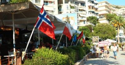 Polska flaga przed restauracją w Albanii