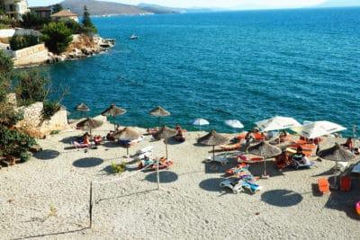Plaża przy jednym z hoteli w Sarandzie. Albania