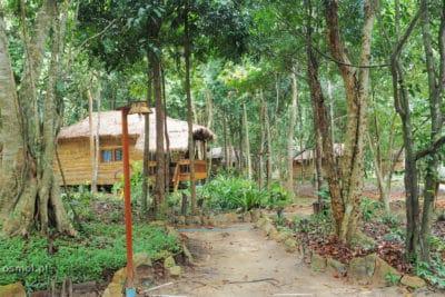 Bungalowy wśród drzew na Koh Rong