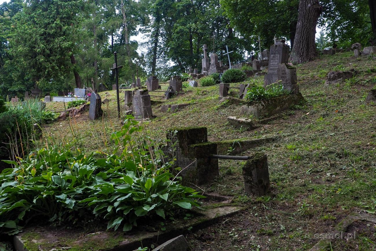 Cmentarz Bernardyński lata świetności, jeśli można tak powiedzieć, ma dawno za sobą. Dziś widać, że opuszczony przez rodziny zmarłych, chyli się ku upadkowi, od którego usiłują go ocalić pasjonaci i mecenasi. Nierówna to walka.